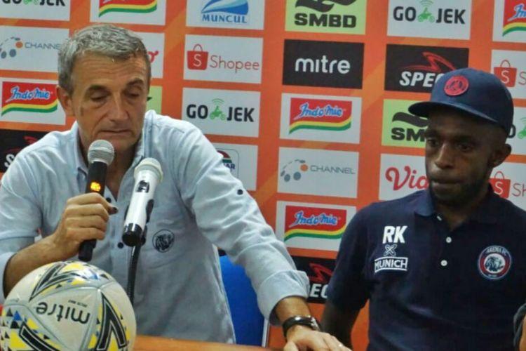 Pelatih Arema FC Milomir Seslija dan Riky Kayame saat jumpa pers usai laga melawan PSS Sleman