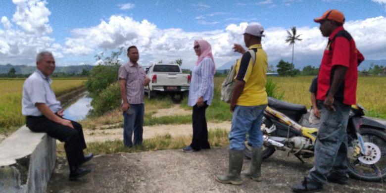 Direktur Irigasi Pertanian Ditjen Prasarana dan Sarana Pertanian (PSP) Kementerian Pertanian, Rahmanto (sedang duduk) dan rombongan sedang mengecek perbaikan saluran irigasi di Kelompok Tani Jaya di Kelurahan Koya Barat, Distrik Muara Tami, Kota Jayapura, Provinsi Papua.