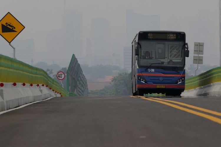Bus transjakarta melintas di koridor 13 Cileduk - Tendean, Jakarta Selatan, Senin (14/8/2017). Layanan transjakarta koridor 13 mulai beroperasi hari ini, meskipun beberapa halte di koridor tersebut masih belum bisa difungsikan.
