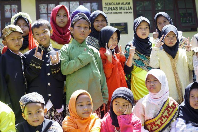 Anak-anak peserta program Aku Anak Indonesia Hebat (AAIH) di Sekolah Tunas Alam Mulia (TPA) Bantar Gebang, Kota Bekasi. Program AAIH dilaksanakan sejak Senin (18/12/2017) hingga Kamis (21/12/2017).