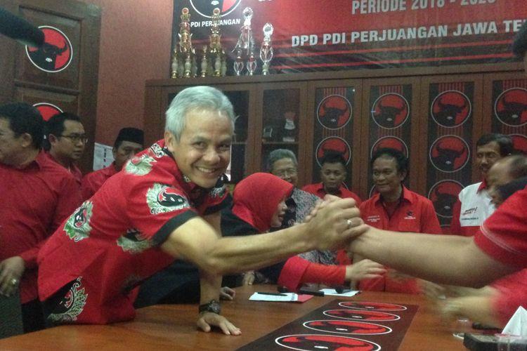 Gubernur Jawa Tengah Ganjar Pranowo bersalaman dengan fungsionaris PDIP Jawa Tengah, Jumat (11/8/2017).
