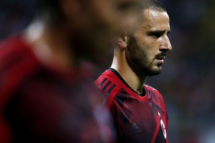 Bek AC Milan, Leonardo Bonucci, tampak terpukul seusai kekalahan 1-4 dari Lazio di Stadion Olimpico, Minggu (10/9/2017).
