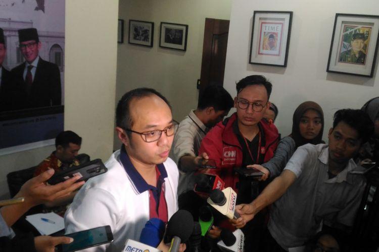 Direktur Eksekutif Charta Politica Yunarto Wijaya saat memaparkan survei terbaru di kantornya, Kebayoran Baru, Jakarta Selatan, Rabu (16/1/2019)