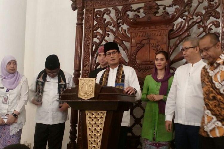 Wakil Gubernur Sandiaga Uno bersama jajarannya usai meluncurkan Kartu Pekerja di Balai Kota DKI Jakarta, Jumat (12/1/2018).
