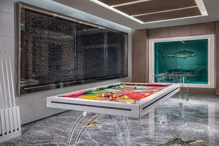 Lukisan hiu dan grafik berbingkai kaca di suite room Palms Casino Resort, Las Vegas, Amerika Serikat.
