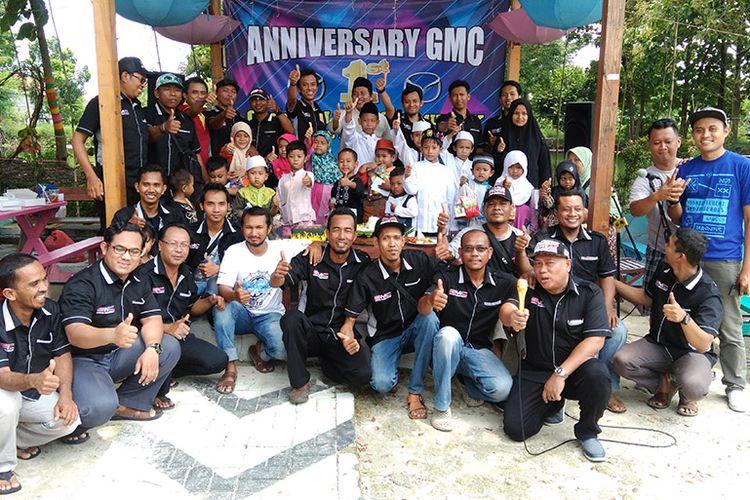 Para anggota GMC foto bersama anak yatim dalam perayaan anniversary perdana.