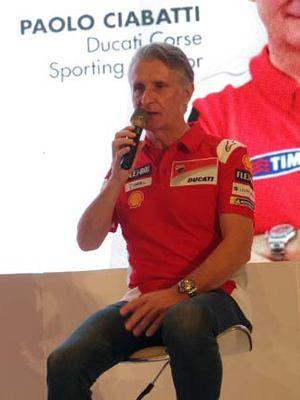 (Kiri ke kanan) Pebalap Ducati Jorge Lorenzo dan Andrea Dovizioso, serta  Ducati Corse Sporting Director Paolo Ciabatti, di Jakarta, Rabu (1/2/2018).