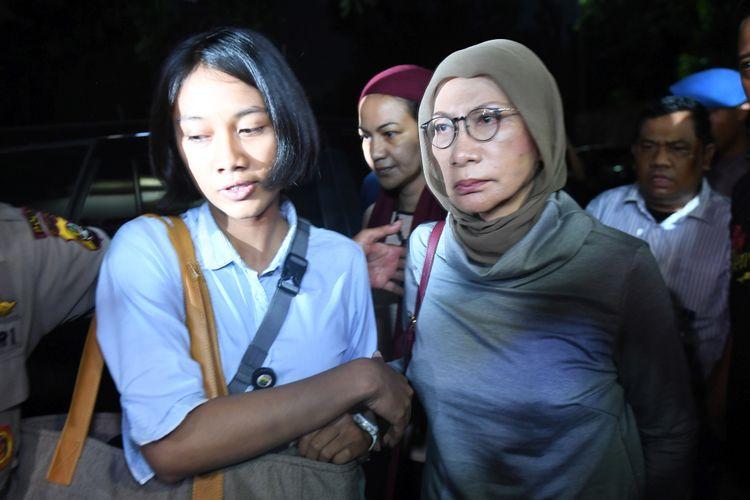 Aktivis Ratna Sarumpaet (kanan) tiba di Mapolda Metro Jaya untuk menjalani pemeriksaan di Jakarta, Kamis (4/10/2018). Pelaku penyebaran berita bohong atau hoax itu ditangkap oleh pihak kepolisian di Bandara Soekarno Hatta saat akan pergi keluar negeri.