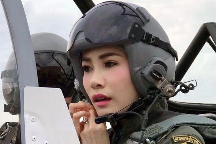 foto selir raja thailand jadi pilot beredar di inter