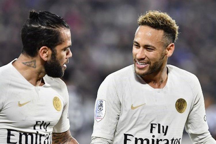 Neymar merayakan selebrasi golnya pada laga Bordeaux vs PSG bersama Dani Alves, dalam lanjutan Ligue 1 Liga Perancis, 2 Desember 2018.