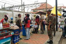Satpol PP Minta PKL di Atas Trotoar Tanah Abang Geser Dagangannya