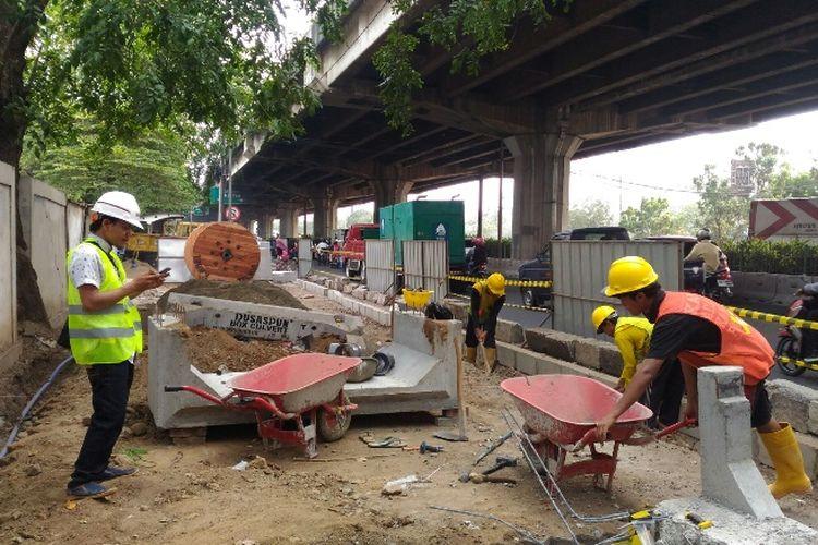 Sudin Bina Marga Jakarta Utara mulai melakukan pembangunan trotoar ramah pengguna high heels dan penyandang disabilitas, Senin (11/9/2017).