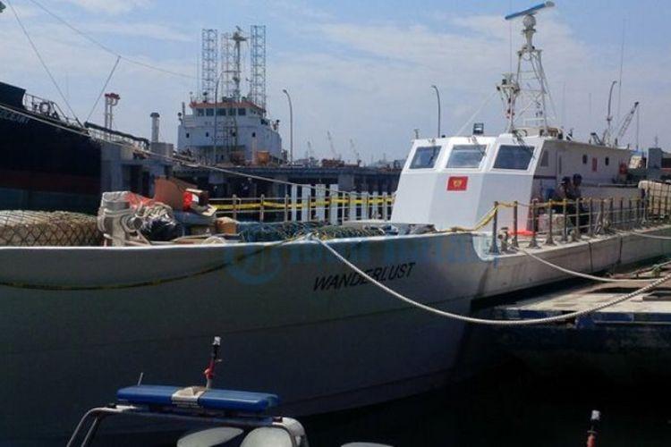 Kapal Wanderlust yang diduga membawa 1 ton sabu yang diamankan oleh Bea dan Cukai (BC) Batam masih bersandar di pelabuhan milik BC Batam di kawasan Tanjung Uncang, Senin (17/7/2017).