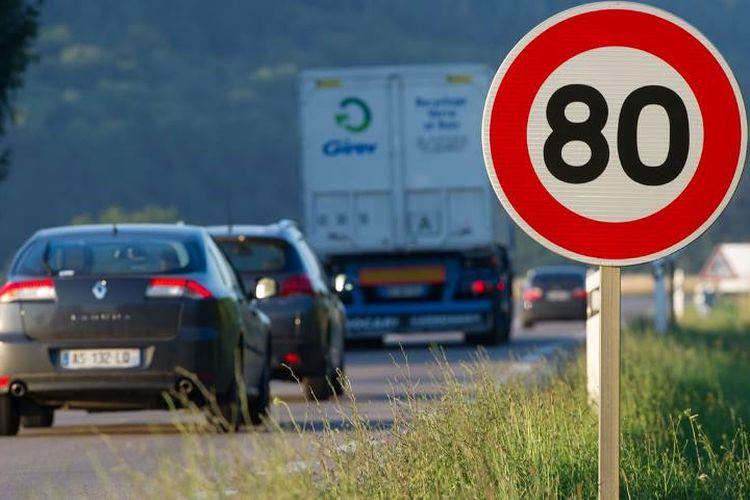 Ilustrasi rambu batas kecepatan maksimal yang diperbolehkan.
