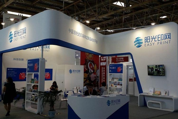 Easy Print, salah satu penerbit buku di China, menyuguhkan warna putih dan biru di stannya dalam acara Beijing International Book Fair 2017 yang diadakan pada 23-27 Agustus 2017 di Beijing, China.