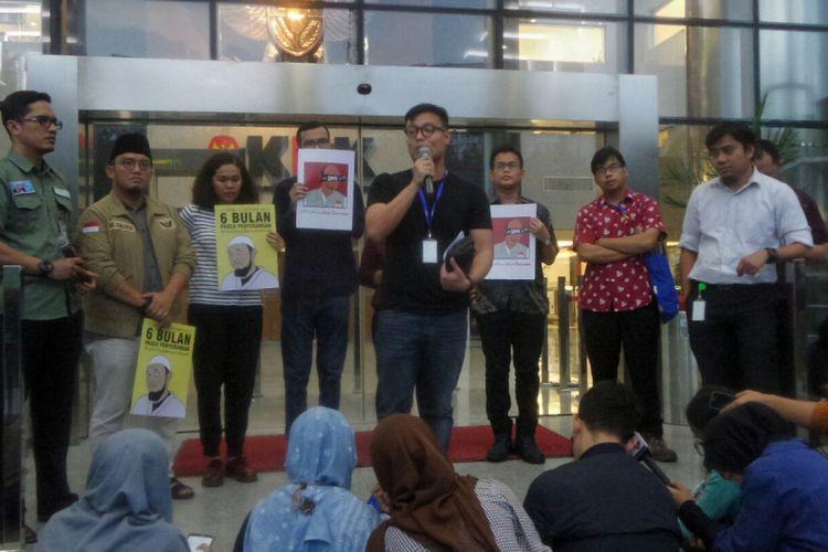 Koalisi Masyarakat Sipil Peduli KPK menggelar konferensi pers di halaman gedung KPK, Kuningan, Jakarta Selatan, Rabu (11/10/2017). Mereka menagih ketegasan pimpinan KPK, Kepolisian dan Presiden Joko Widodo untuk menuntaskan kasus penyerangan penyidik KPK Novel Baswedan.