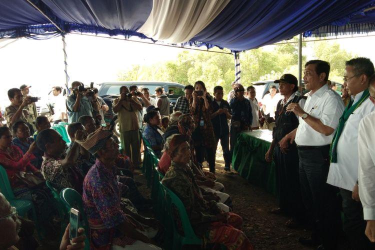 Menteri Koordinator Bidang Kemaritiman Luhut Binsar Panjaitan saat berbicara di depan puluhan warga di lokasi tambak garam di Bipolo, Desa Bipolo, Kecamatan Sulamu, Kabupaten Kupang, Nusa Tenggara Timur (NTT), Senin (30/10/2017)