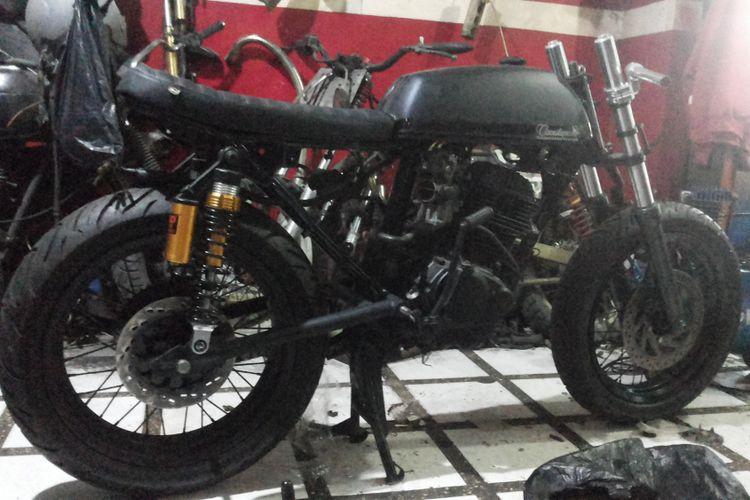 Salah satu sepeda motor yang sedang dalam proses dimodifikasi bergaya retro di bengkel Clacustique, Depok, Senin (19/2/2018).