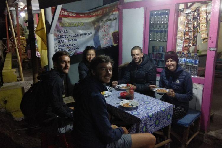 Turis Perancis sedang menyantap nasi goreng di sebuah warung di area wisata Cemoro Lawang, Desa Ngadisari, Kecamatan Sukapura, Probolinggo, Jawa Timur beberapa waktu lalu.(KOMPAS.com / WAHYU ADITYO PRODJO)