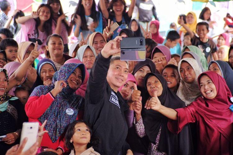 Calon Wakil Wali Kota Bogor, Dedie A Rachim, saat berfoto bersama warga dalam kegiatan kampanyenya, Jumat (18/5/2018).