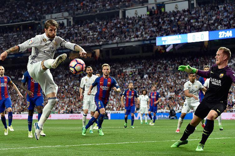 Kapten Real Madrid, Sergio Ramos, mencoba menaklukkan kiper Barcelona, Marc-Andre Ter Stegen, pada pertandingan El Clasico di Stadion Santiago Bernabeu, Minggu (23/4/2017).