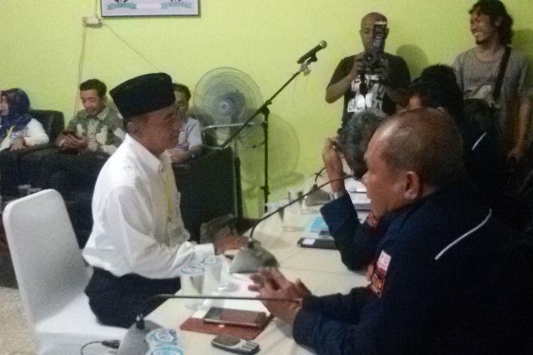 Bakal calon wakil wali kota jalur perseorangan, Sarjulianto, saat mendaftar ke KPU Pangkal Pinang.