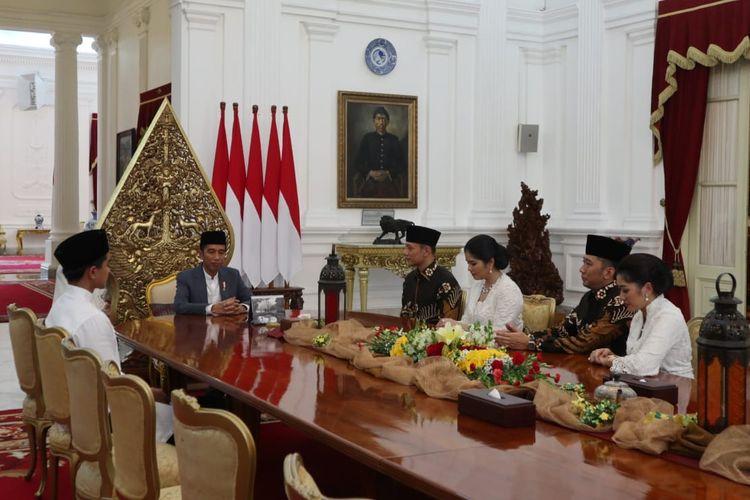 Suasana silaturahim Agus Harimurti Yudhoyono dan Edhie Baskoro Yudhoyono bersama istri masing-masing dengan Presiden Joko Widodo di Istana Merdeka Jakarta, Rabu (5/6/2019).