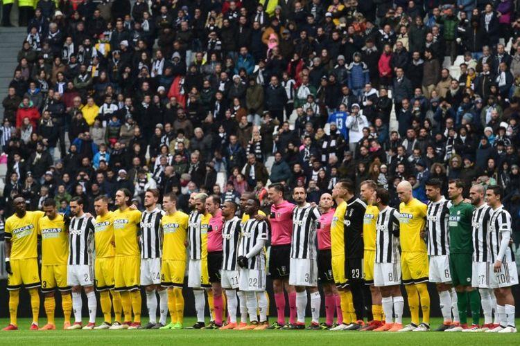 Para pemain Juventus dan Udinese mengheningkan cipta sejenak untuk mengenang mendiang Davide Astori jelang pertandingan Serie A di Stadion Allianz, Minggu (11/3/2018).