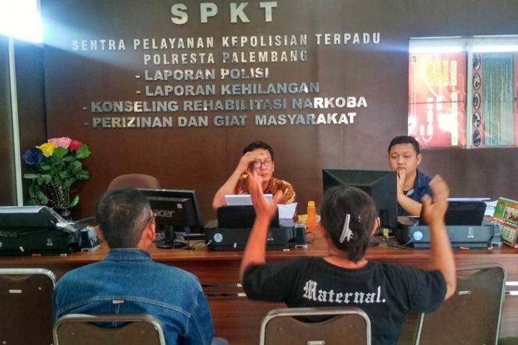 Sinarwati (42) yang merupakan ibu kandung Jaidin saat membuat laporan ke Polresta Palembang, Kamis (16/8/2018), lantaran anaknya telah dibacok pelajar SMP.