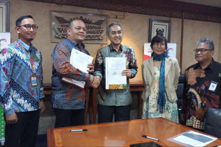 Asisten Deputi Investasi Pariwisata, Deputi Bidang Pengembangan Destinasi Pariwisata Kementerian Pariwisata Henky Manurung dan Direktur Manajemen Risiko dan Operasional SMF Trisnadi Yulrisman, menandatangani kerja sama dukungan pembiayaan hometsay di 10 Destinasi Pariwisata Prioritas (DPP), di Kantor Kementerian Pariwisata, Jakarta, Rabu (10/7/2019).