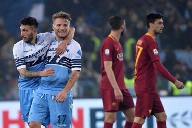 Danilo Cataldi dan Ciro Immobile merayakan gol timnya pada laga Derbi della Capitale, Lazio vs AS Roma, di Stadion Olimpico dalam lanjutan Serie A, Liga Italia, 2 Maret 2019.