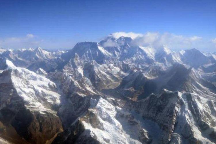 Pegunungan Himalaya dengan Gunung Everest (tengah) di ketinggian 8.850 meter difoto dari pesawat, pada ulang tahun ke-80 dari penerbangan berawak pertama di atas Gunung Everest, gunung tertinggi di dunia, 3 April 2013.