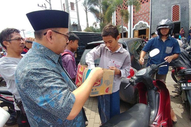 Sudirman Said, calon gubernur Jawa Tengah saat membagikan susu ke warga di depan Masjid Agung, Brebes, Jawa Tengah.