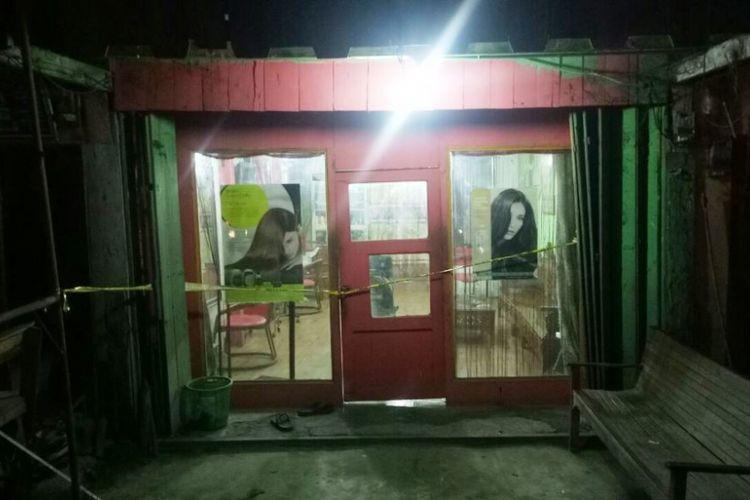 Salah satu salon terlihat dipasang garis polisi di Keude Panton Labu, Kecamatan Tanah Jambo Aye, Aceh Utara, Sabtu (28/1/2018)