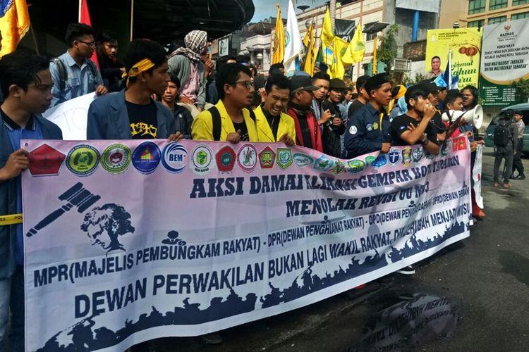 Ratusan mahasiswa yang tergabung dalam Aliansi Gerakan Masyarakat Peduli Aspirasi Rakyat (Gempar) Tarakan menolak revisi UU MD3 dengan menggelar  aksi damai di halaman Kantor DPRD Kota  Tarakan. Melalaui petisi yang ditandatangani oleh puluhan organisasi kemahasiswan tersebut Aliansi Gempar mendesak DPRD Kota Tarakan menyuarakan penolakan mereka di DPRRI.