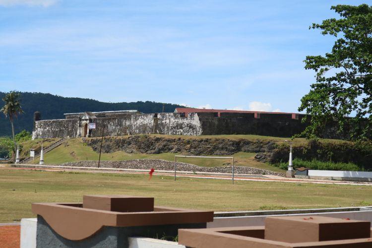 Kemegahan Benteng Duurstede dilihat dari jauh. Benteng peninggalan Portugis dan VOC ini ada di Pulau Saparua, Maluku Utara.