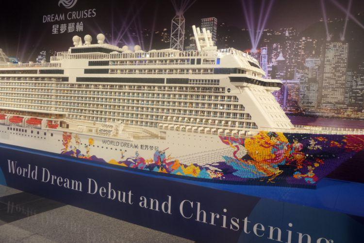 Replika kapal pesiar World Dream dipamerkan saat peresmian di terminal cruise Kait Tak, Hong Kong, Jumat (17/11/2017).