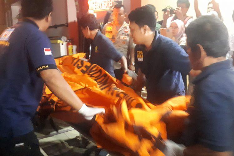 Kantong jenazah korban jatuhnya pesawat Lion Air JT 610 tiba di RS Polri pada Minggu (4/11/2018) malam.