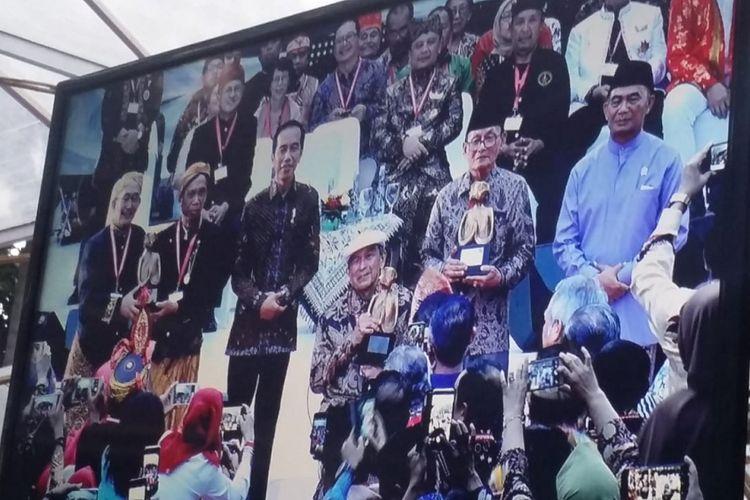Presiden RI Joko Widodo bersama para budayawan dan sastrawan, dalam acara Kongres Kebudayaan Indonesia Tahun 2018, di Kantor Kementerian Kebudayaan dan Kebudayaan (Kemendikbud), Jakarta Pusat, Minggu (9/12/2018).