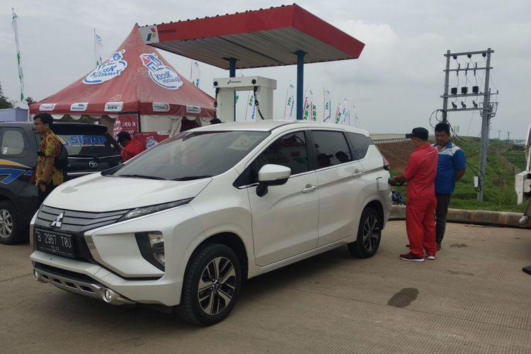 Pengisian bahan bakar di rest area tol baru Batang Semarang