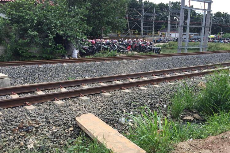 Rel kereta api listrik.