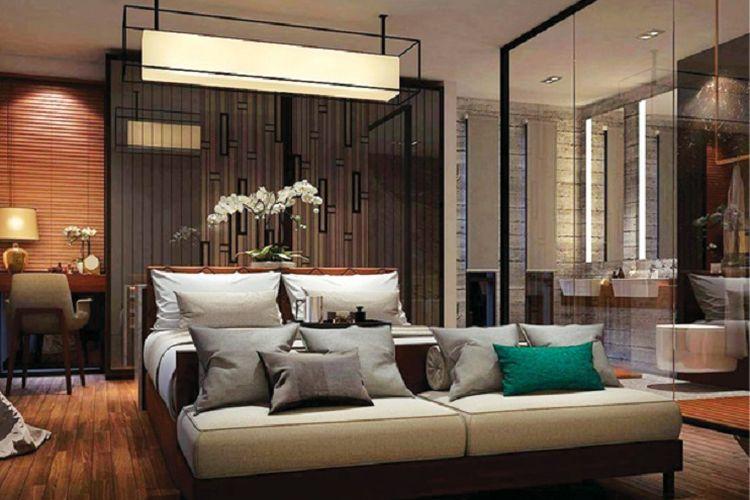 Mengganti dinding antara kamar tidur dan kamar mandi dengan kaca membuat kamar tidur terlihat lebih besar.