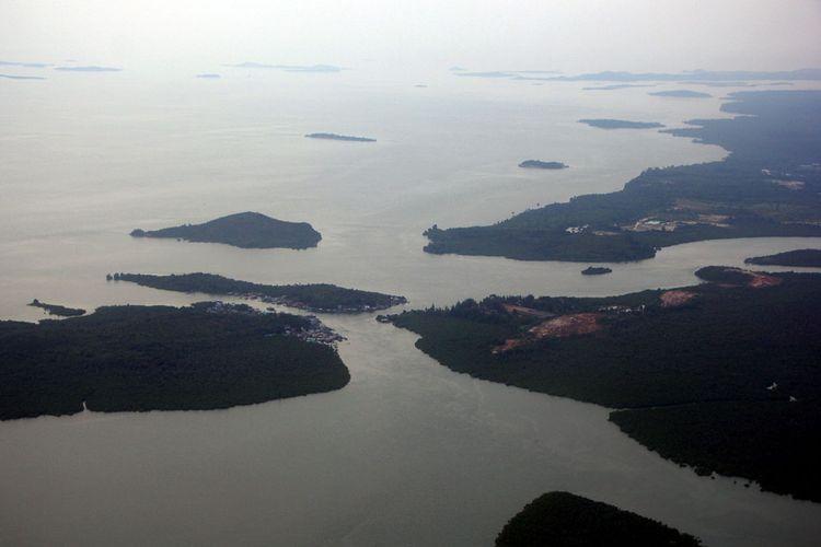 Gugusan Pulau Lingga dari ketinggian. Kabupaten Lingga yang berada di ujung paling selatan Kepulauan Riau memiliki 604 pulau besar dan kecil. Sebanyak 98 pulau di antaranya sudah berpenghuni dan sisanya sekitar 506 pulau masih kosong.