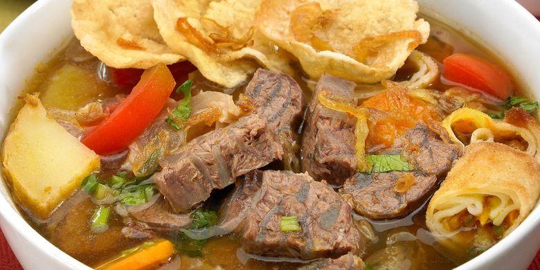 Soto mie, salah satu hidangan andalan di Restoran Henis, Mangga Besar, Jakarta Barat.