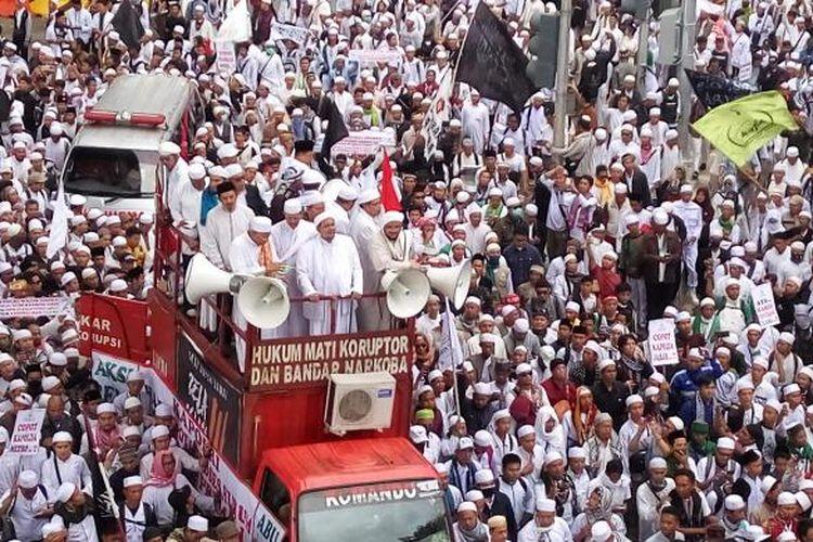 Suasana saat massa dari Front Pembela Islam berjalan kaki dari Masjid Al Azhar menuju Mabes Polri, Jakarta Selatan, Senin (16/1/2017).