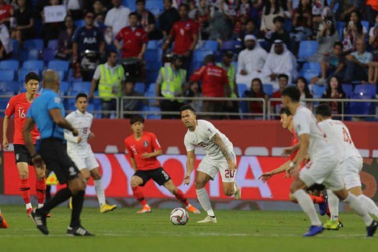 Para pemain Korea Selatan dan Filipinan bertandingan di Stadion Al Maktoum dalam penyisihan grup Piala Asia 2019, 7 Januari 2019.