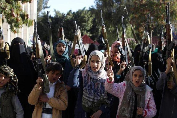 Sejumlah perempuan dan anak-anak berkumpul di Sanaa dan mengangkat senjata sebagai bentuk dukungan kepada kelompok pemberontak Yaman, Houthi (13/1/2018).