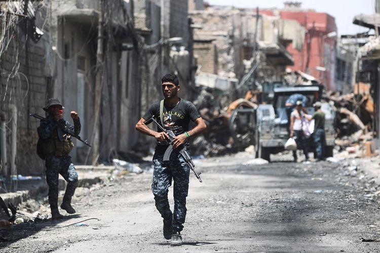 Seorang anggota pasukan Irak sedang berpatroli di sekitar Kota Tua, distrik terakhir kota Mosul yang masih dikuasai ISIS,