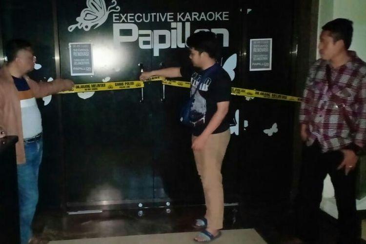 Petugas pasang police line di salah satu tempat hiburan malam di Bandung
