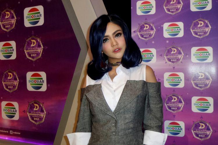 Penyanyi dangdut Jenita Janet dalam sesi wawancara usai jumpa pers DAcademy Menggoyang Indonesia di SCTV Tower, Jakarta Pusat, Kamis (7/9/2017).
